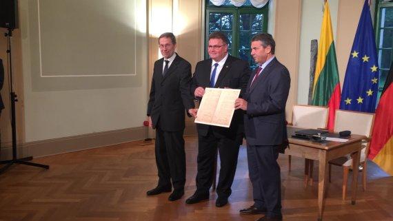 URM nuotr./Lietuvos ir Vokietijos ministrai pasirašė sutartį dėl Vasario 16-osios akto perdavimo