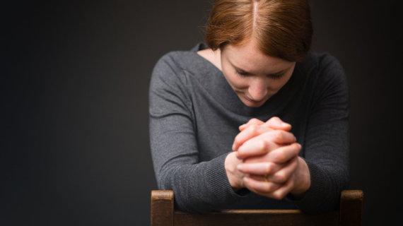 123RF.com nuotr./Mergina meldžiasi