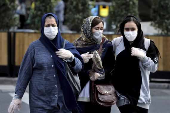 """""""Scanpix""""/AP nuotr./Moterys su kaukėmis Teherano gatvėse."""