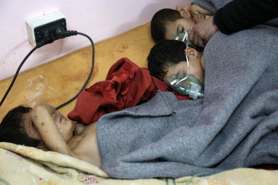 """AFP/""""Scanpix"""" nuotr./Po reidų Sirijos Rytų Gutoje dešimtims žmonių prireikė pagalbos dėl kvėpavimo sutrikimų"""