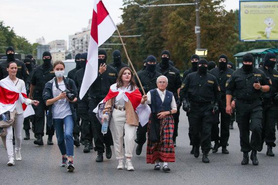 """Scanpix""/ITAR-TASS nuotr./Nina Bahinskaja (dešinėje) per moterų maršą Minske"
