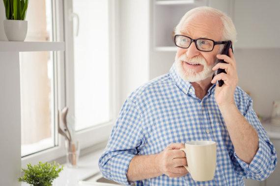 123RF.com nuotr./Garbaus amžiaus vyras kalbasi telefonu