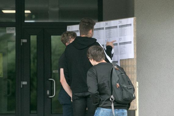 Juliaus Kalinsko / 15min nuotr./Abiturientai po istorijos egzamino 2020 metais