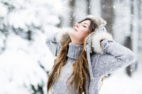 Fotolia nuotr./Mergina džiaugiasi žiema.