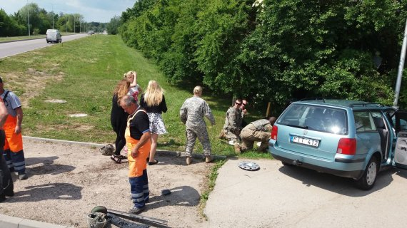 """Arūno Bacevičiaus nuotr./NATO karių visureigis rėžėsi į lengvąjį """"VW Passat"""" automobilį Marijampolėje"""