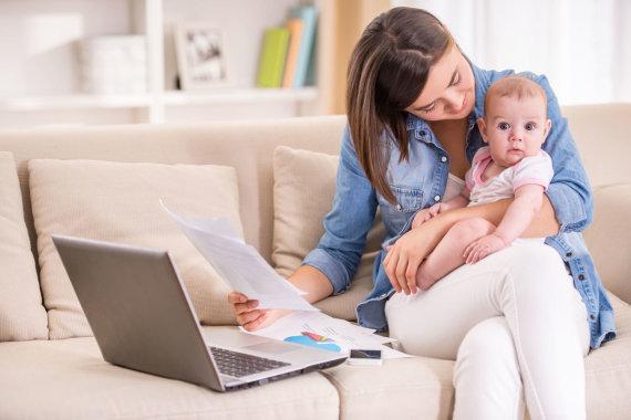 123rf.com nuotr./Mama su kūdikiu ir kompiuteriu