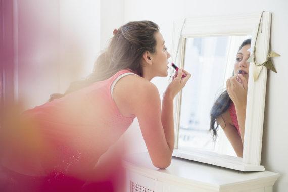 Vida Press nuotr./Moteris dažosi lūpas
