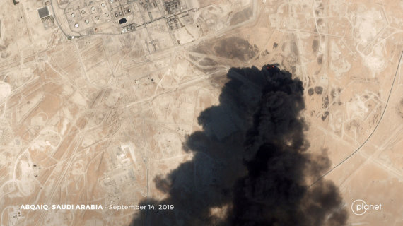 """""""Reuters""""/""""Scanpix"""" nuotr./Atakuotas naftos gavybos objektas Saudo Arabijoje"""