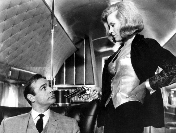 "EON PRODUCTIONS / Ronald Grant A. nuotr./Jamesas Bondas ir Pussy Galore filme ""Auksapirštis"""