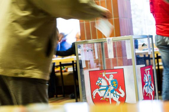 Luko Balandžio / 15min nuotr./Piliečiai balsuoja antrajame Seimo rinkimų ture