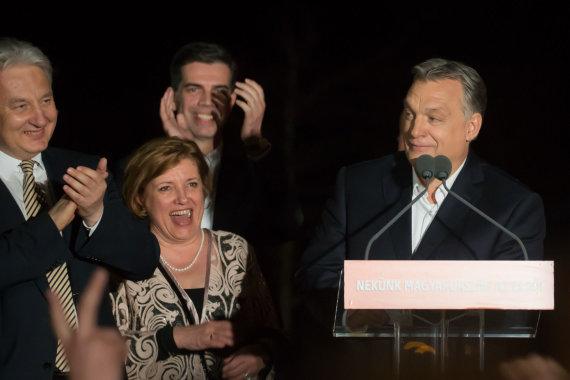 """""""Scanpix""""/""""SIPA"""" nuotr./Viktoras Orbanas švenčia pergalę rinkimuose"""
