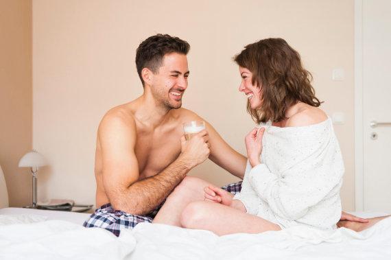 Vida Press nuotr./Pora lovoje geria kavą