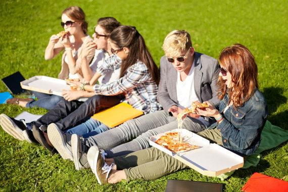 123RF.com nuotr./Moksleiviai valgo pietus