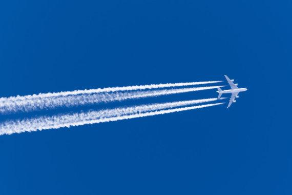 123rf.com nuotr./Skrendančio lėktuvo paliekamos baltos žymės – kontreilai