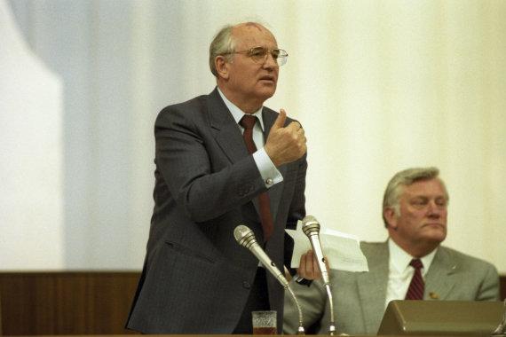 """""""Scanpix""""/""""RIA Novosti"""" nuotr./Liaudies deputatų suvažiavimas 1989-aisiais metais. Michailas Gorbačiovas ir Algirdas Brazauskas"""