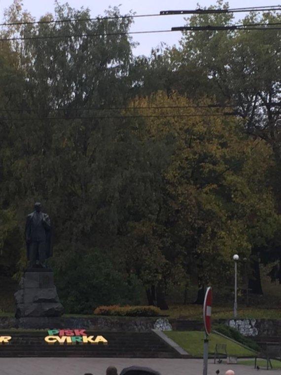 Skaitytojo Jono nuotr./Užrašas prie P.Cvirkos paminklo