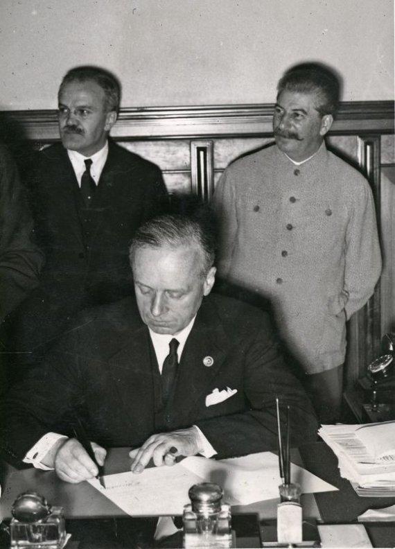 """""""Scanpix"""" nuotr./Joachimas fon Ribentropas pasirašo paktą."""