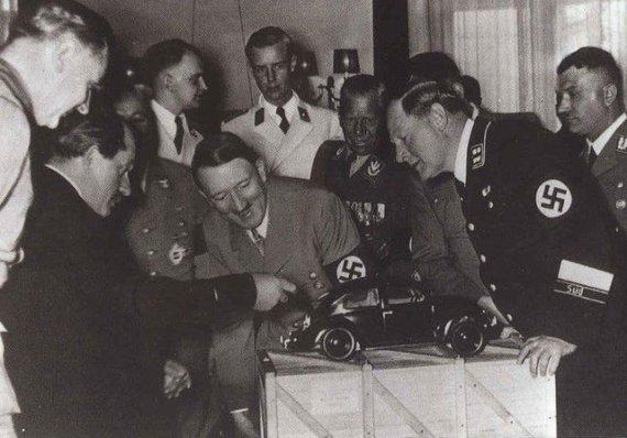 "Wikipedia.org nuotr./Ferdinandas Porsche pristato Adolfui Hitleriui ""Volkswagen Kaefer""."