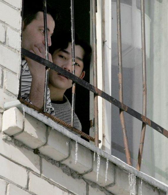 Juliaus Kalinsko/15min.lt nuotr./Užsieniečių registracijos centre apgyvendinti nelegalūs migrantai bando pabėgti į Vakarus.