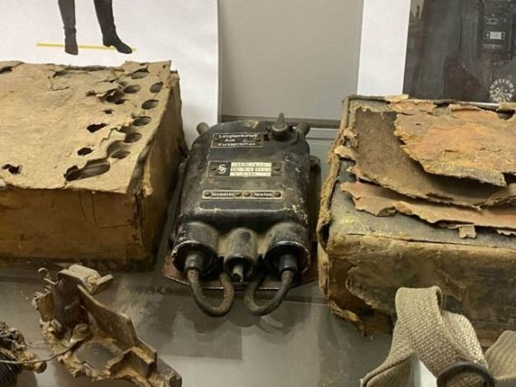 Jono Valaičio/VE.LT nuotr./Tai - Antrojo pasaulinio karo metu naudotas mobilus telefonas, kurį buvo galima užsidėti kartu su dujokauke. Tiesa, šiam telefonui reikėjo ir atskirų ausinių
