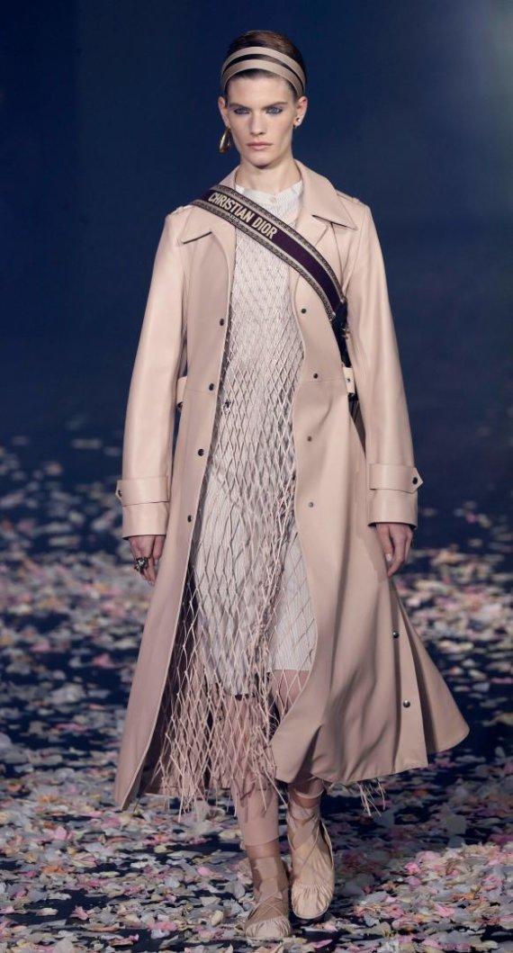 """AFP/""""Scanpix"""" nuotr./""""Christian Dior"""" 2019 m. pavasario ir vasaros kolekcijos modelis"""