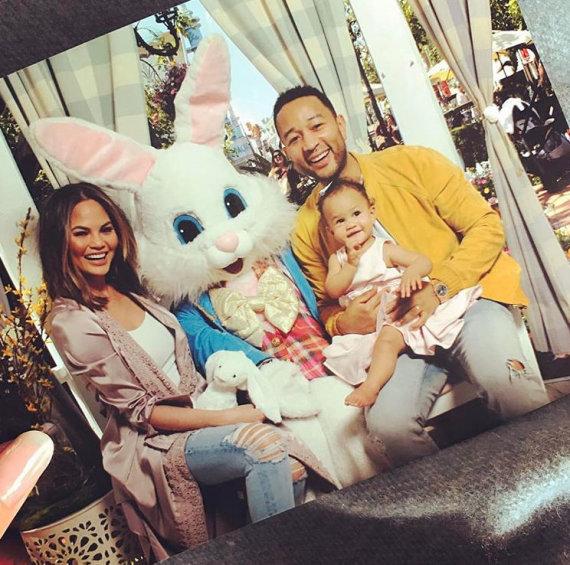 """Instagram"" nuotr./Chrissy Teigen ir Johnas Legendas su dukra Luna"