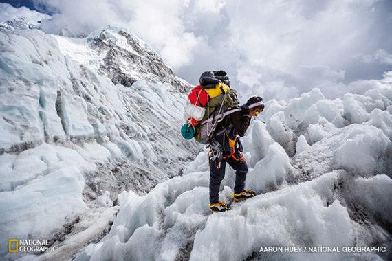 """""""National Geographic Lietuva""""  nuotr./ Šerpas įveikė Khumbu ledokritį."""