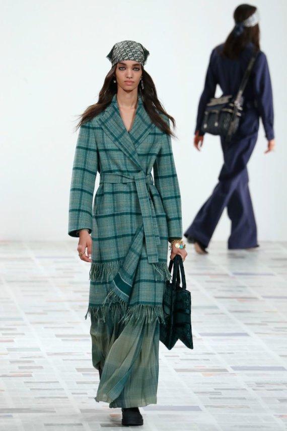 "AFP/""Scanpix"" nuotr./""Christian Dior"" 2020–2021 m. rudens ir žiemos kolekcijos modelis"