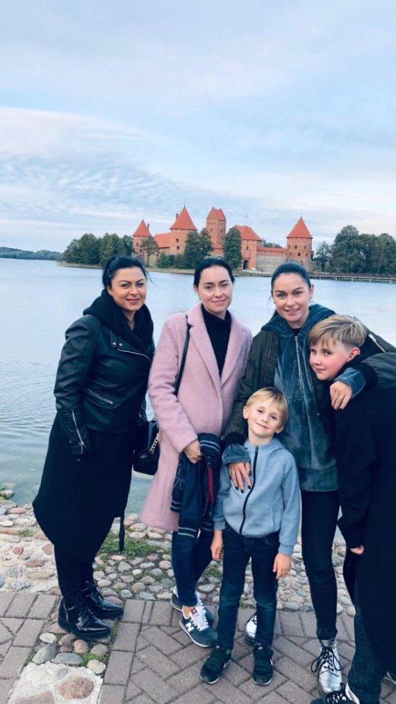 Asmeninio albumo nuotr. /Simona Nainė su pussesere, seserimi ir jos vaikais