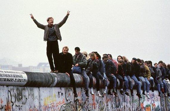 """""""Scanpix"""" nuotr./Prieš dvidešimt metų vokiečiai su entuziazmu griovė Berlyno sieną ir tikėjo ateitimi. Šiandien daugelis iš jų jaučiasi nusivylę."""