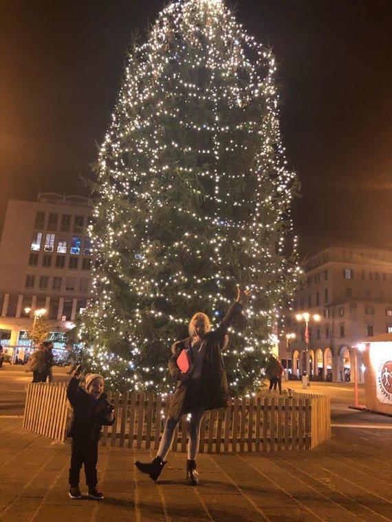 Asmeninio albumo nuotr./Edita Daniūtė prie Livorno Kalėdų eglės