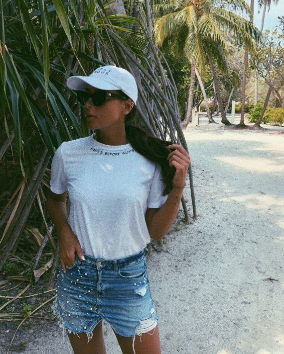 """Asmeninio archyvo nuotr./""""Le SLAP"""" kurti balti marškinėliai (Karolina Meschino Maldyvuose)"""