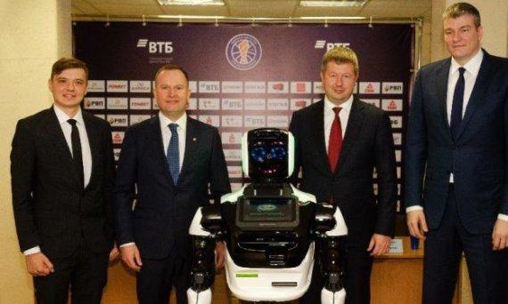 Eurohoops nuotr./Kazys Maksvytis su treneriu-robotu