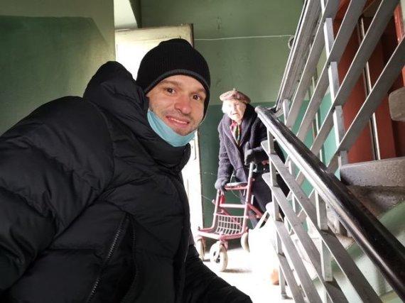 Skirmantės Palčinskaitės nuotr./Mantas Kalnietis prisideda prie savanorių karantino metu.