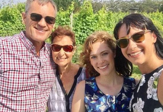 Socialinių tinklų nuotr. /Jessica Falkholt (kairėje) su tėčiu Larsu, mama Vivian ir seserimi Annabelle