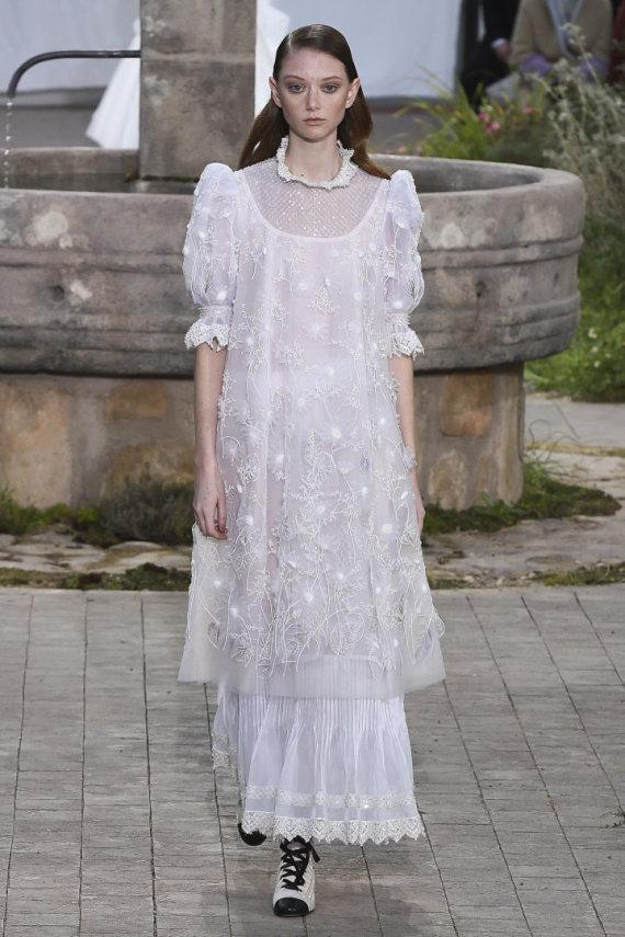 """""""Scanpix""""/""""SIPA"""" nuotr./""""Chanel"""" 2020 m. pavasario ir vasaros kolekcijos modelis"""