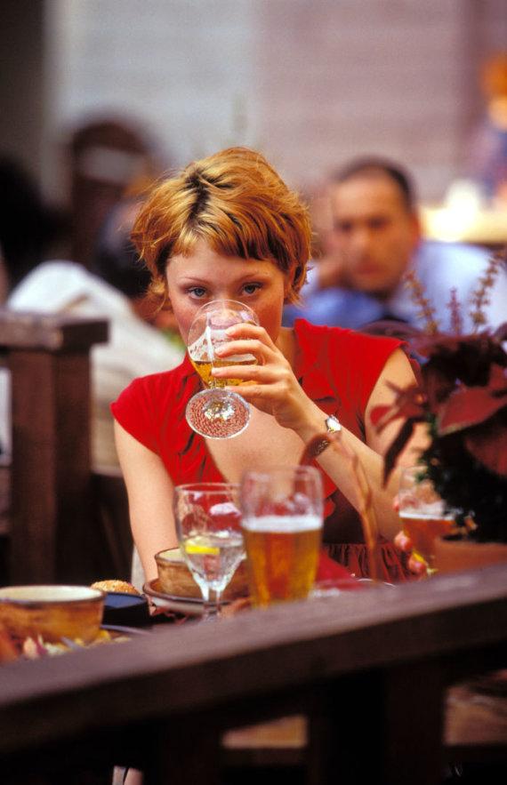 Vida Press nuotr./Mergina geria alų