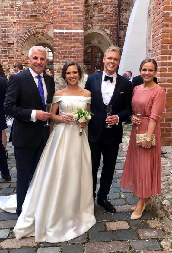 Socialinio tinklo nuotr./Paulos Ušackaitės ir Jono Urbono vestuvių akimirka