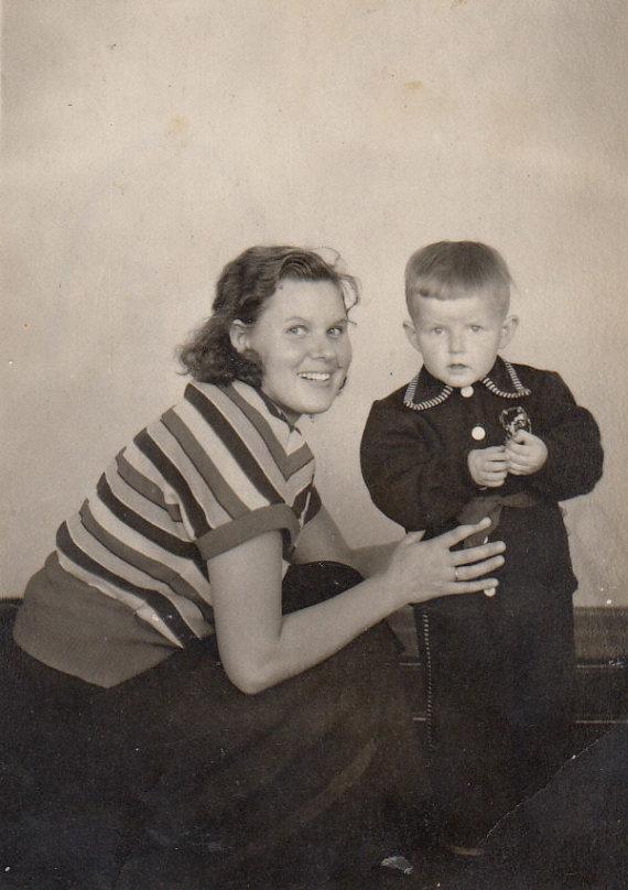 Asmeninio albumo nuotr. /Virgis Stakėnas su mama (1956 m.)