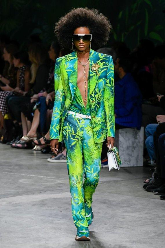 """""""Scanpix""""/""""Sipapress"""" nuotr./""""Versace"""" 2020 m. pavasario ir vasaros kolekcijos modelis"""