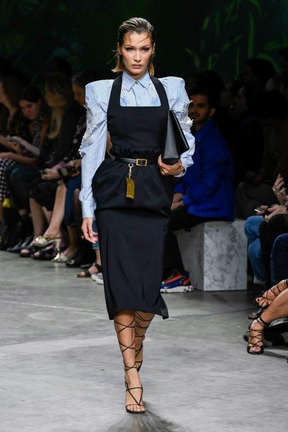"""Scanpix""/""Sipapress"" nuotr./""Versace"" 2020 m. pavasario ir vasaros kolekcija: Bella Hadid"
