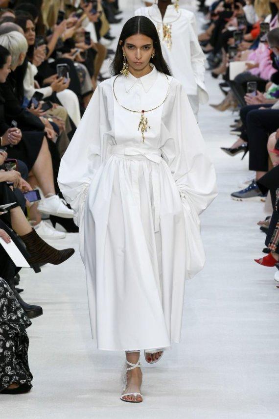 """""""Scanpix""""/""""SIPA"""" nuotr./""""Valentino"""" 2020 m. pavasario ir vasaros kolekcijos modelis"""