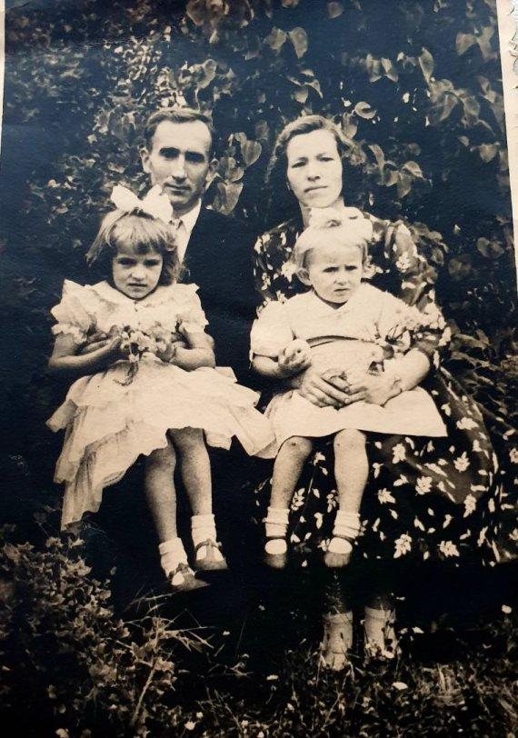 Asmeninio archyvo nuotr./Angelė Jakavonytė ir sesutė Birutė su tėvais Juozu ir Zosia Jakavoniais