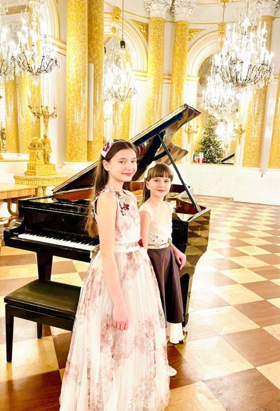Asmeninio archyvo nuotr./Kaja ir Klėja Varšuvos karalių rūmuose, J. Zarebskio konkurso nugalėtojų baigiamajame koncerte