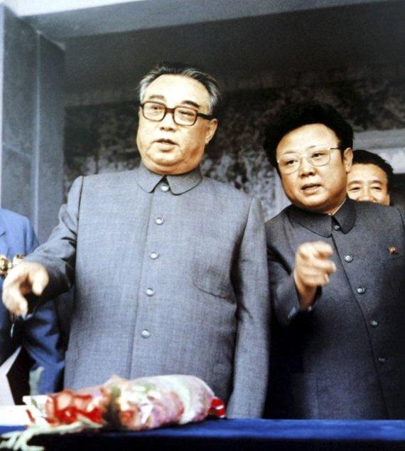 """Reuters""/""Scanpix"" nuotr./Kim Il-Sungas (kairėje), su sūnumi Kim Jong-Ilu (1983 m. rugsėjis)"