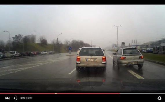 Kadras iš filmuotos medžiagos/Agresyvaus vairavimo epizodas