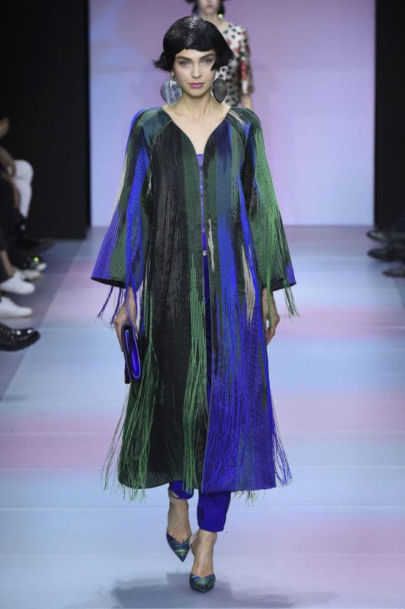 """""""Scanpix""""/""""SIPA"""" nuotr./""""Giorgio Armani Privé"""" 2020 m. pavasario ir vasaros kolekcijos modelis"""