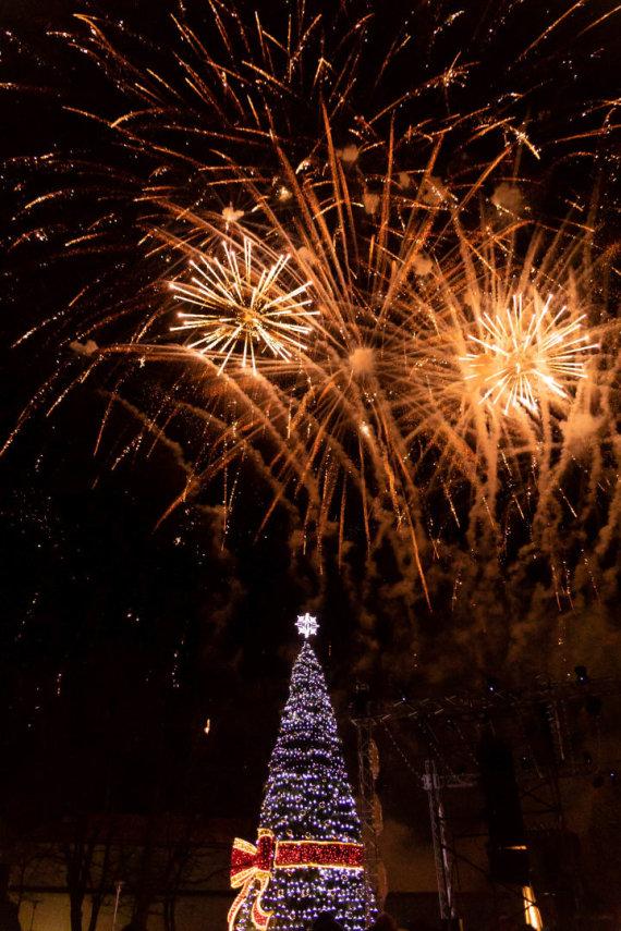 Jovitos Verpečinskienės nuotr./Tauragėje įžiebta kaspinu puošta Kalėdų eglė