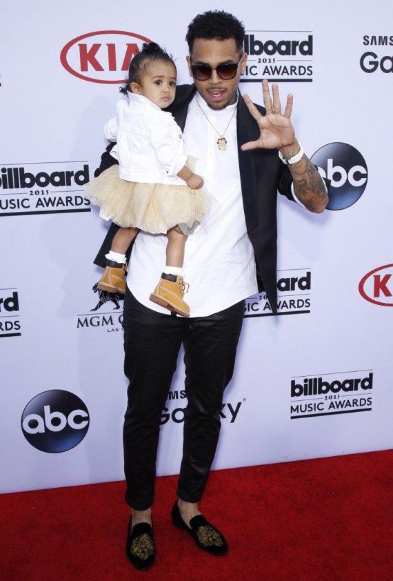 """""""Scanpix""""/""""Sipa USA"""" nuotr./Chrisas Brownas su dukra"""