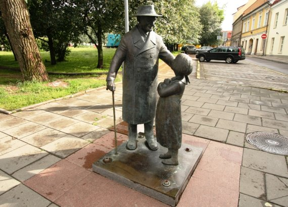 Juliaus Kalinsko / 15min nuotr./Žydų kilmės daktaro Cemacho Šabado, geriau žinomo kaip Daktraras Aiskauda, skulptūra Vilniuje.